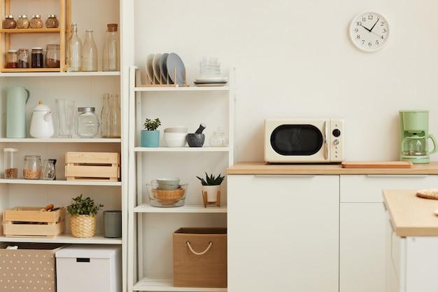 Intérieur De Cuisine Blanche Avec Un Design Minimal Et Un Décor En Bois Photo Premium
