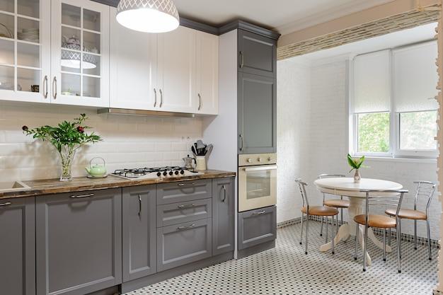 Intérieur de cuisine en bois moderne gris et blanc ...