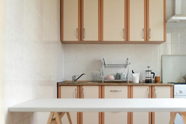 Intérieur De Cuisine Dans Des Tons Pastel Clairs. Table Blanche. Conception De Cuisine Moderne. Photo Premium