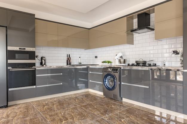 Intérieur de cuisine moderne de luxe blanc, beige et gris Photo Premium