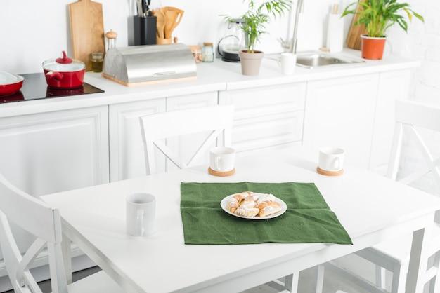 Intérieur de la cuisine avec salle à manger Photo gratuit