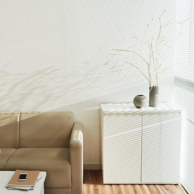 L'intérieur du confortable salon lumineux avec une décoration en bois mort Photo gratuit