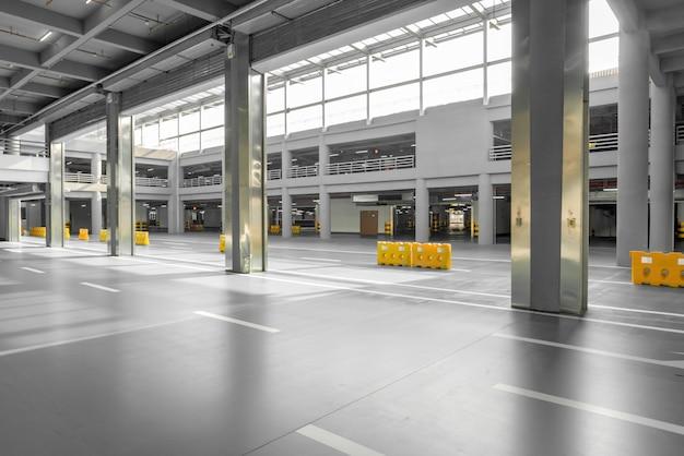 Intérieur Du Garage De Stationnement Avec Voiture Et Parking Vacant Dans Le Stationnement Photo Premium