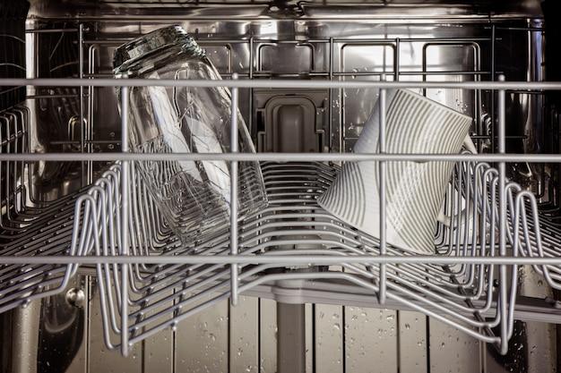 L'intérieur du panier supérieur d'un lave-vaisselle Photo Premium