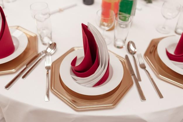 Intérieur du restaurant pour le dîner de mariage, prêt pour les invités Photo Premium