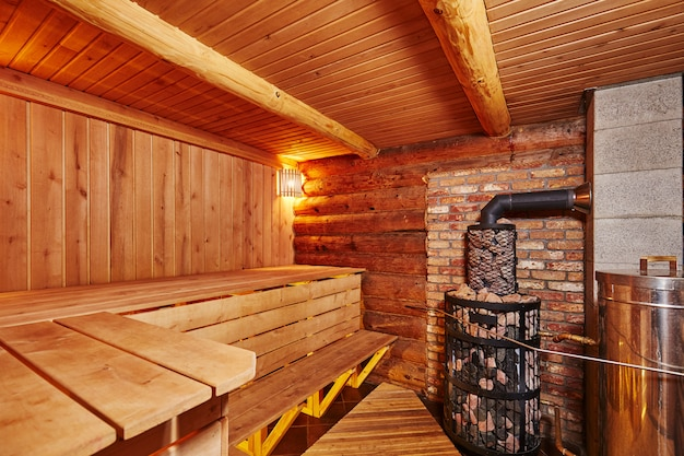 Intérieur Du Sauna En Bois Avec Balai En Bouleau Photo Premium
