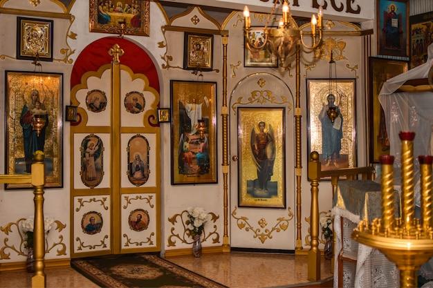Intérieur de l'église orthodoxe russe, icônes sacrées Photo Premium