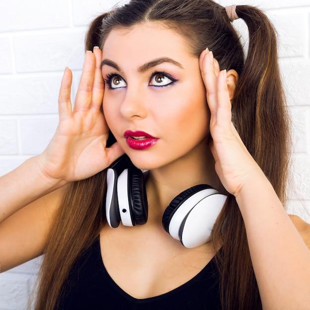 Intérieur Gros Plan Portrait De Mode De Belle Jeune Femme, Avec Maquillage Et Coiffure à La Mode, écoute De La Musique Dans Les écouteurs, Portrait Lumineux Urbain De Fille Sexy Dj Photo gratuit