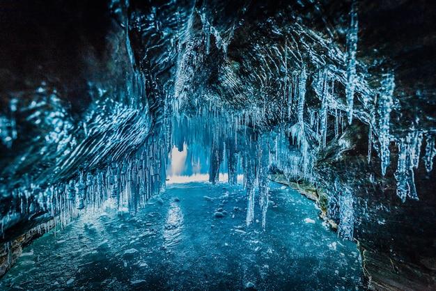À l'intérieur de la grotte de glace bleue au lac baïkal, en sibérie, en russie orientale. Photo Premium