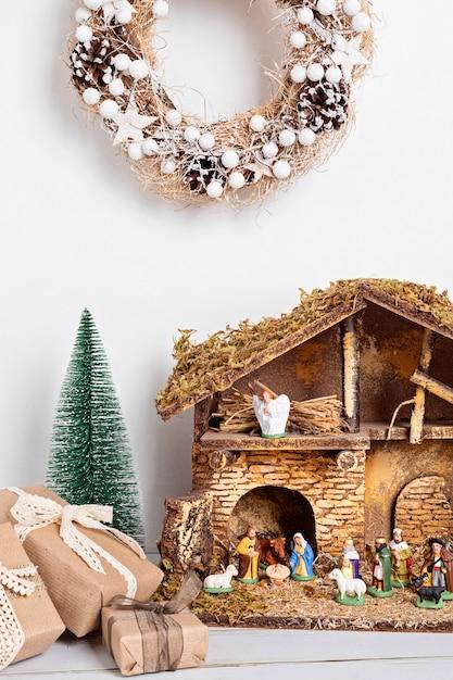 Intérieur Hygge De Noël Avec Crèche De Noël Avec La Sainte Famille Et Trois Sages Photo Premium