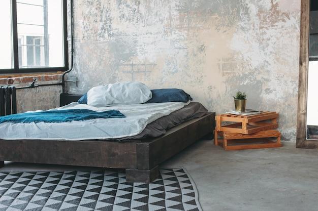 Intérieur Loft écologique Moderne Dans La Chambre, Sol En Béton, Lit, Minimalisme Photo Premium