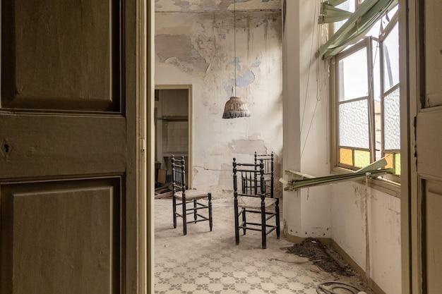 Intérieur d'une maison abandonnée Photo Premium