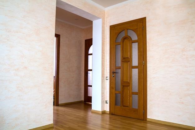 Intérieur de maison d'appartement moderne avec des portes en bois Photo Premium