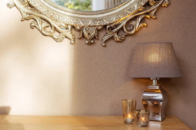 Intérieur Avec Miroir Et Lampe De Décoration Et Bougies Avec Mur Marron Photo Premium