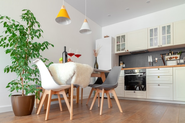 Interieur Moderne De Cuisine Mur Blanc Chaises En Bois Fleur