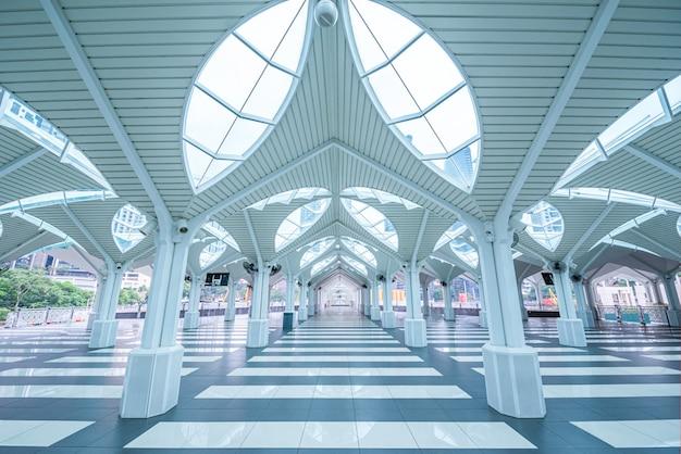 Intérieur De La Mosquée As-syakirin, Célèbre Monument De Kuala Lumpur, Malaisie. Photo Premium