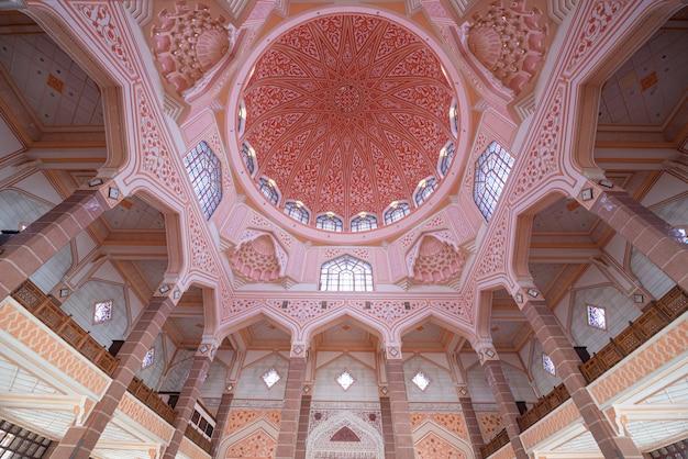 Intérieur De La Mosquée Putra Située Dans La Ville Malaisienne De Putrajaya, Malaisie. Photo Premium