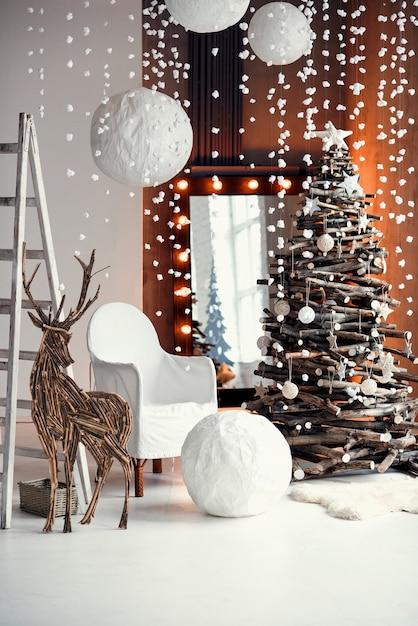 Intérieur De Noël élégant Décoré Dans Un Style Rustique. Décorations Festives Faites à La Main. Confort Familial à Domicile. Photo Premium