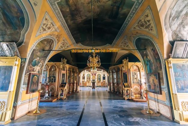 Intérieur peint dans l'ancienne église de l'exaltation de la sainte croix dans le village de vozdvizhenie, russie Photo Premium