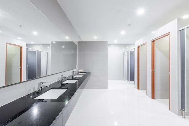 Intérieur public de la salle de bain avec robinet lavabo bordée Photo Premium