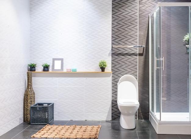 Intérieur de la salle de bain aux murs blancs, cabine de ...