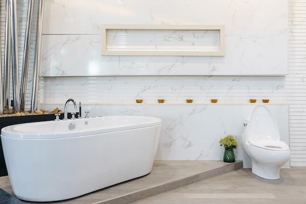 Intérieur de salle de bain blanc de luxe avec des carreaux ...