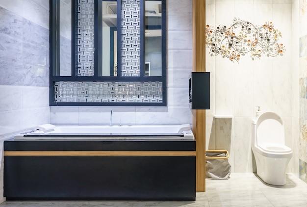 Intérieur de salle de bain moderne avec douche et éclairage ...