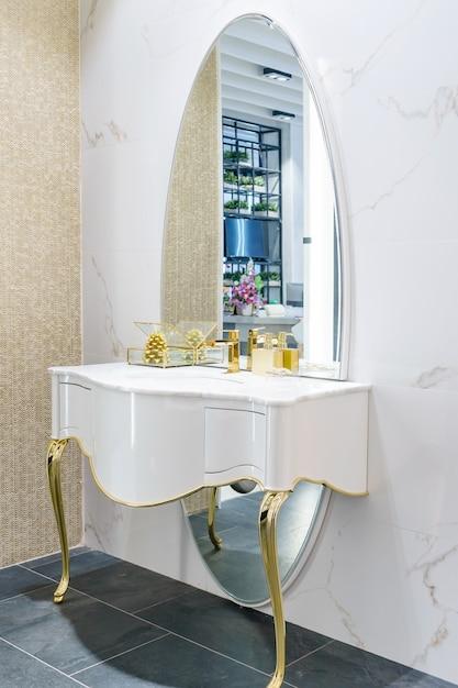 Intérieur de la salle de bain avec robinet de lavabo et serviette blanche. Photo Premium