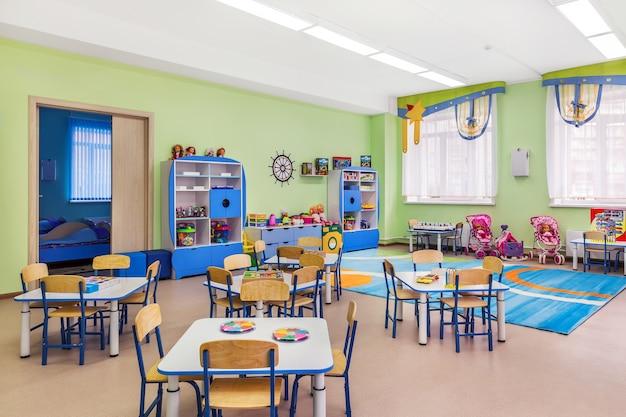 L'intérieur De La Salle Bleue Confortable Pour Les Cours Et Les Jeux à La Maternelle. Photo Premium