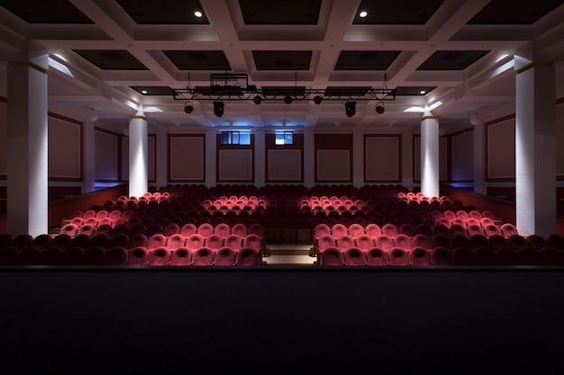 L'intérieur de la salle dans le théâtre ou le cinéma vue de la scène avec une lumière en sourdine Photo Premium