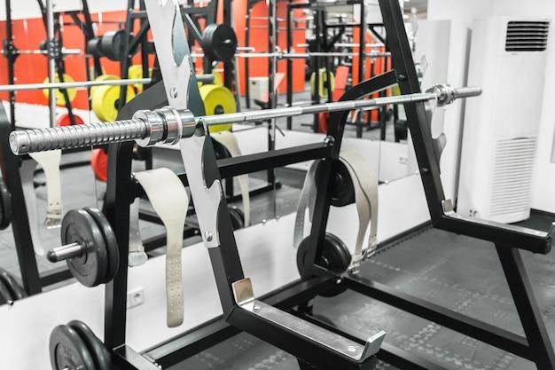Intérieur de la salle de sport avec équipement Photo Premium