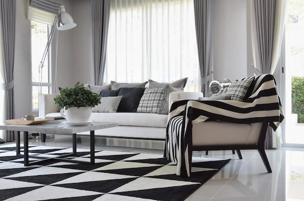 Intérieur de salon moderne avec coussins à carreaux et tapis en noir ...