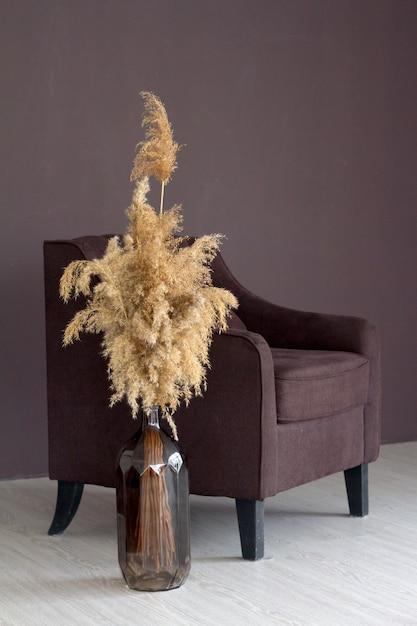 Intérieur De Style Minimaliste Confortable Scandinave élégant, Décoration Moderne, Fauteuil, Vase Avec Bouquet D'herbe De Pampa Photo Premium