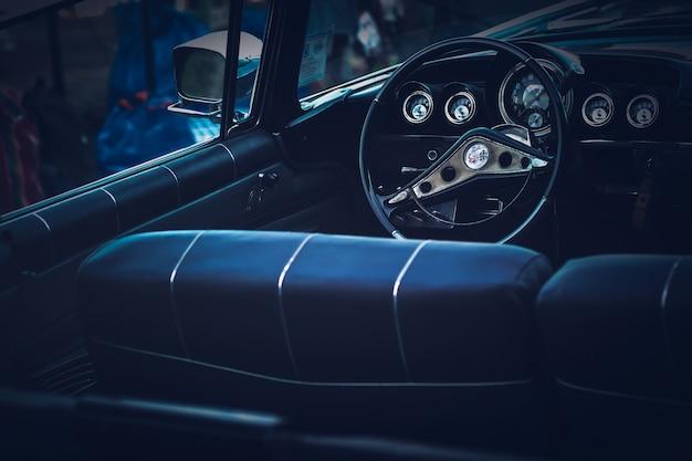 Intérieur de la voiture de collection classique. idée de concept de style de vie. roue et console. Photo Premium