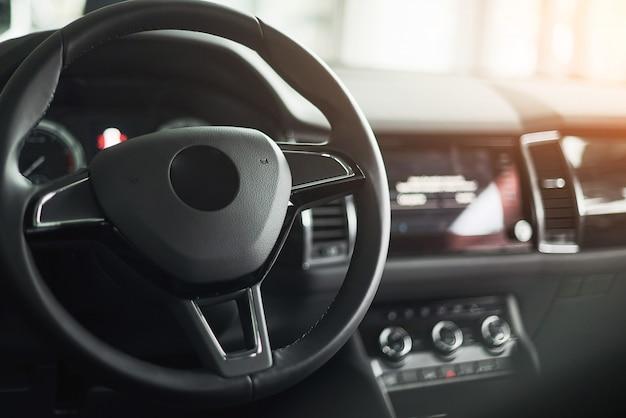 Intérieur De Voiture De Luxe - Volant, Levier De Vitesse Et Tableau De Bord Photo Premium