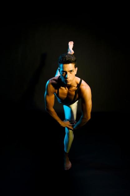 Interprète de ballet professionnel dansant sous les projecteurs Photo gratuit