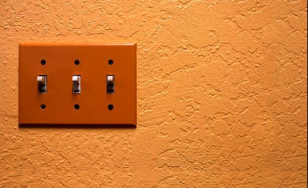 Interrupteur électrique vintage sur mur orange rétro Photo Premium