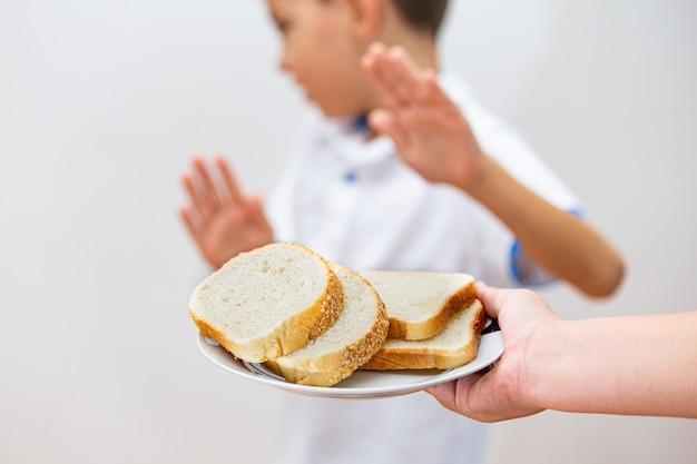 Intolérance Au Gluten Et Concept De Régime. Kid Refuse De Manger Du Pain Blanc. Photo Premium