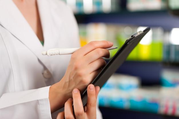 Inventaire ou prise de commande en pharmacie Photo Premium