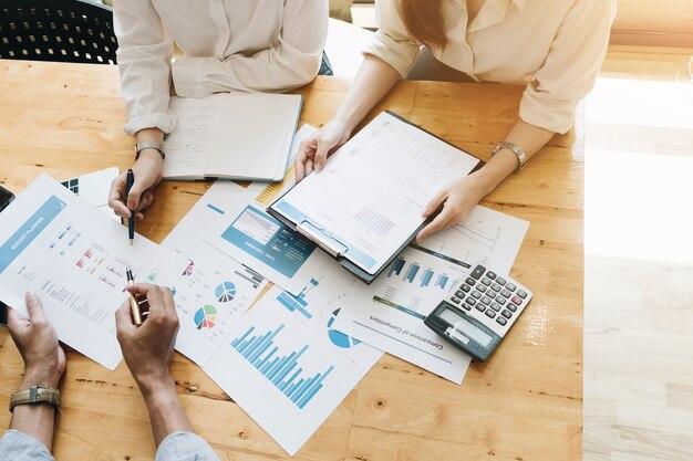Investisseur Professionnel Et Réunion Financière Actuelle. équipe De Jeunes Entrepreneurs Travaillant Photo Premium