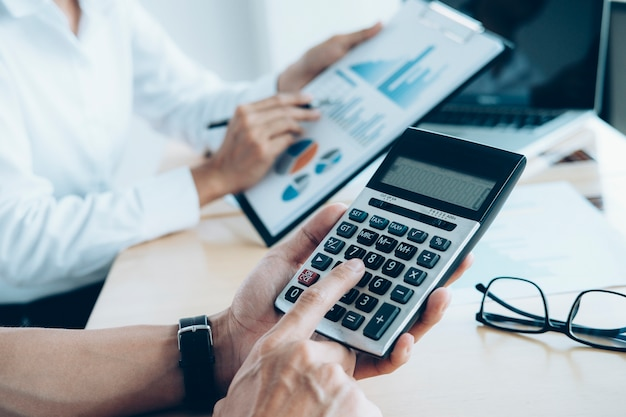 Investisseur Qui Travaille Sur Un Nouveau Projet De Démarrage. Réunion De Finances. Photo Premium