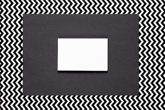 Invitation blanche avec fond monochrome Photo gratuit