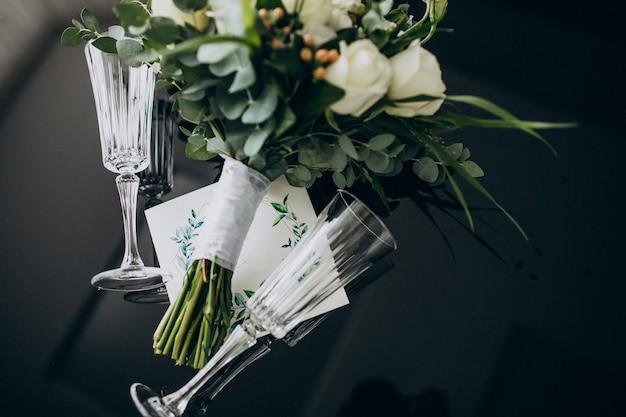 Invitation De Mariage Avec Bouquet De Mariage Et Anneaux Photo gratuit
