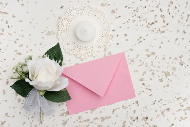 Invitation De Mariage Avec Décoration De Fleurs Blanches Photo gratuit
