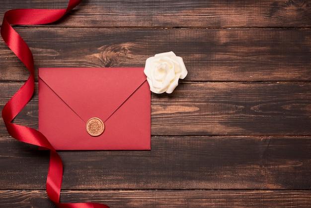 Invitation De Mariage élégant Avec Ruban Sur La Table Photo gratuit