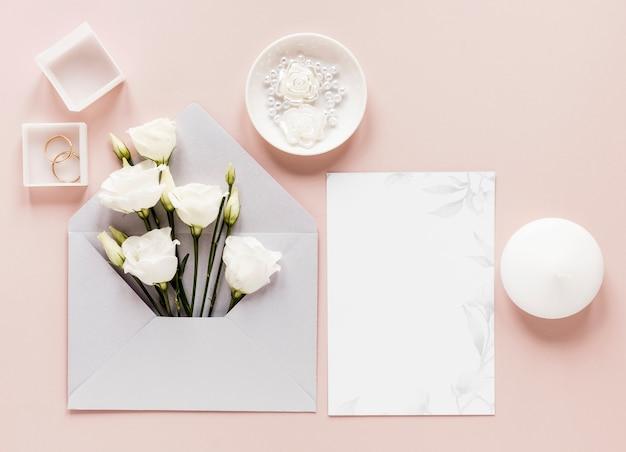 Invitation De Mariage Avec Des Fleurs épanouies Photo gratuit