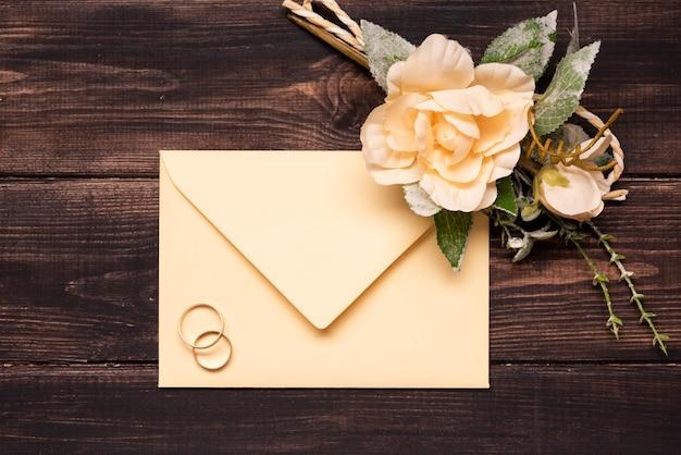 Invitation De Mariage Vue De Dessus Avec Bagues De Fiançailles Photo gratuit