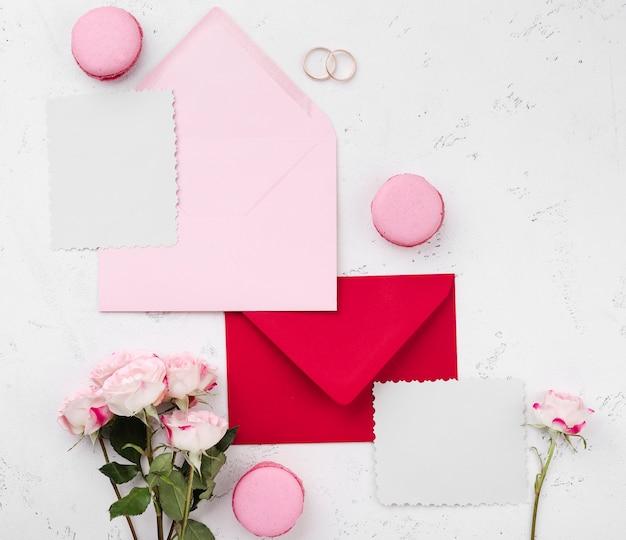 Invitation De Mariage Vue De Dessus Dans Des Enveloppes Photo gratuit