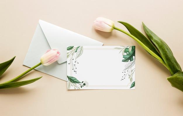 Invitation De Mariage Vue De Dessus Avec Des Tulipes à Côté Photo gratuit