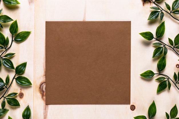 Invitation marron sur fond simple Photo gratuit